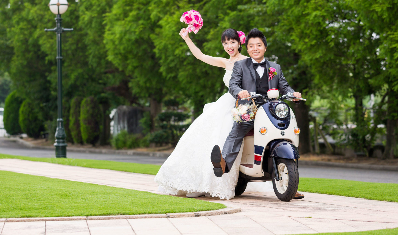 愛車に乗って新郎新婦が入場するシーンはインパクト大! ウエルカムバイクとして愛車を飾ってもステキ   愛媛県西条市の結婚式場ベルフォーレ西条