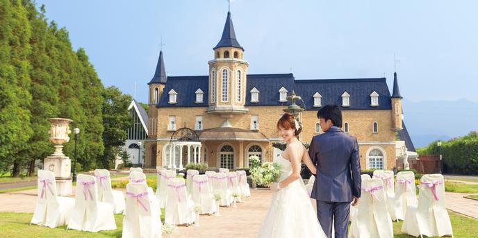 アンティークなヨーロッパスタイルのお城が挙式の舞台。芝生の上に椅子を並べゲストに見守られる、海外Wのようなガーデンセレモニーが叶う!   愛媛県西条市の結婚式場ベルフォーレ西条