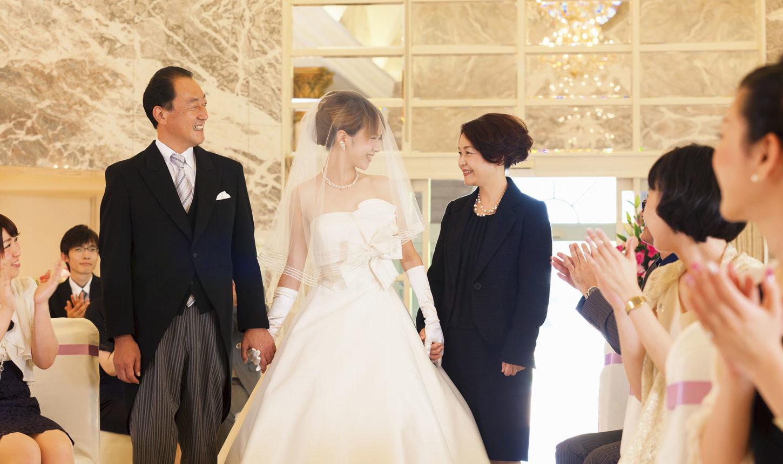 10mもの大理石のヴァージンロードをお父さんだけでなくお母さんと入場するアットホームな演出を   愛媛県西条市の結婚式場ベルフォーレ西条