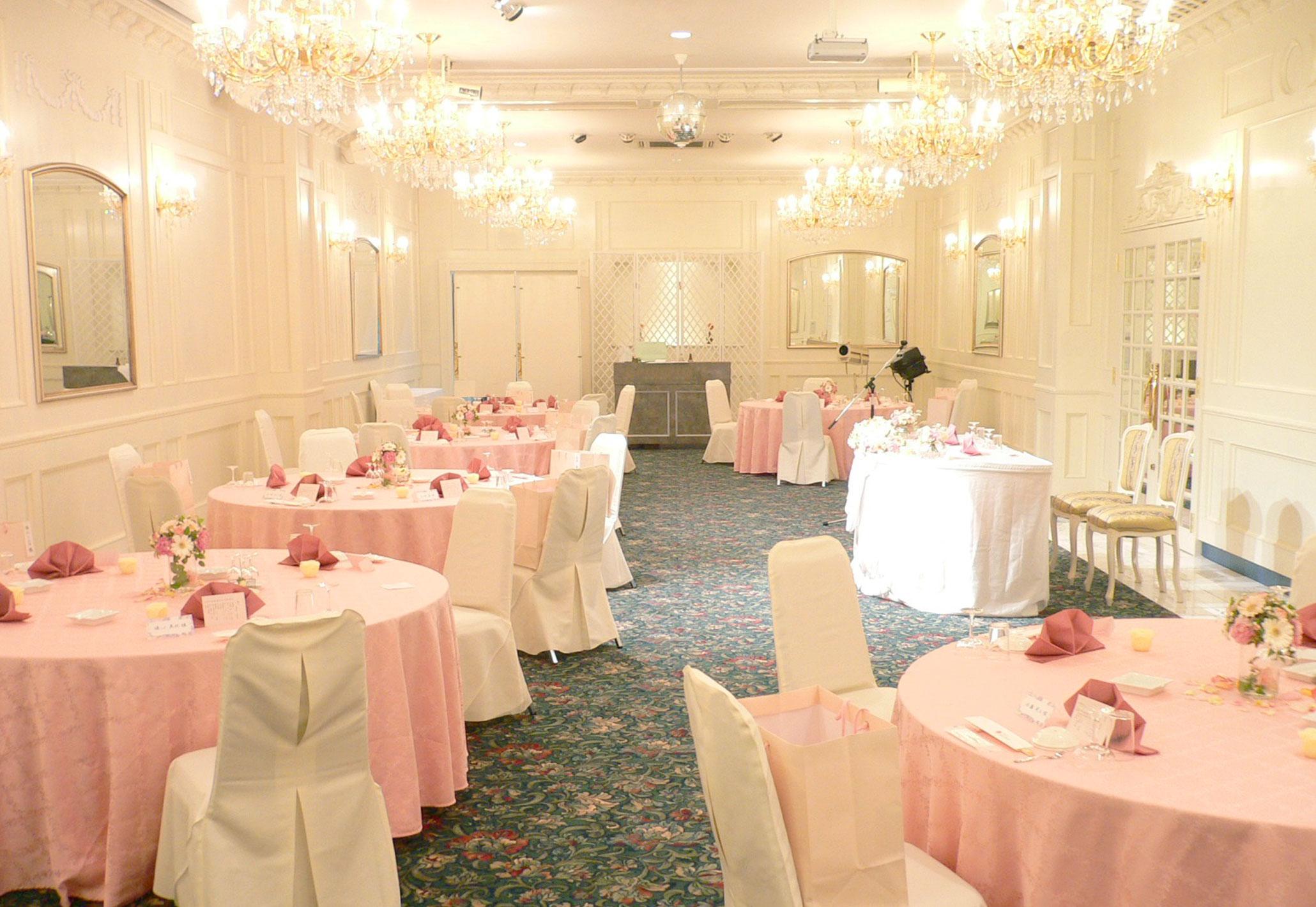 メインテーブルとゲストテーブルが近いので、アットホームな雰囲気に   愛媛県西条市の結婚式場ベルフォーレ西条