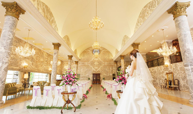 大理石が敷き詰められたヨーロッパの大聖堂さながらの空間は、天井高もあり、ピアノの音色が鳴り響く。大勢のゲストに見守られて、永遠の愛を誓って   愛媛県西条市の結婚式場ベルフォーレ西条