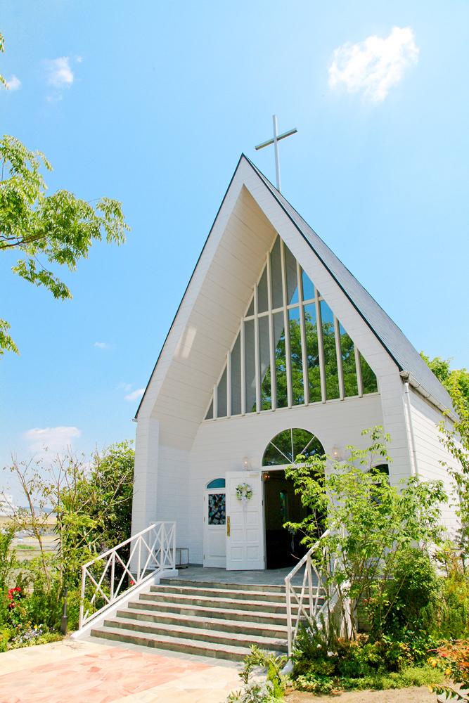 ガーデンが目の前に広がる三角屋根のチャペル   愛媛県西条市の結婚式場ベルフォーレ西条