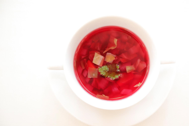 【スープ】深紅のボルシチ 地元丹原で飼育している芋豚をじっくり煮込み 赤カブを入れて燃え上がるような情熱の赤に仕上げました   愛媛県西条市の結婚式場ベルフォーレ西条