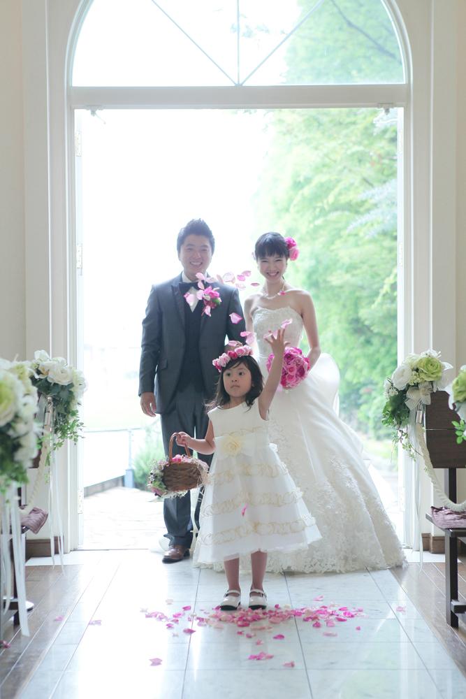 フラワーガールに先導されて歩く幸せのバージンロード   愛媛県西条市の結婚式場ベルフォーレ西条