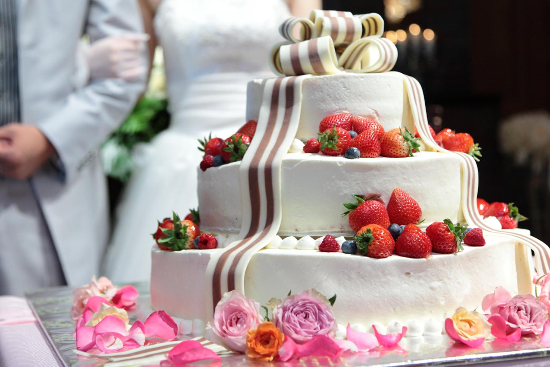 結婚式ではウエディングケーキのデザインにもこだわりたいもの。彼と二人でオリジナルのケーキを考えて   愛媛県西条市の結婚式場ベルフォーレ西条
