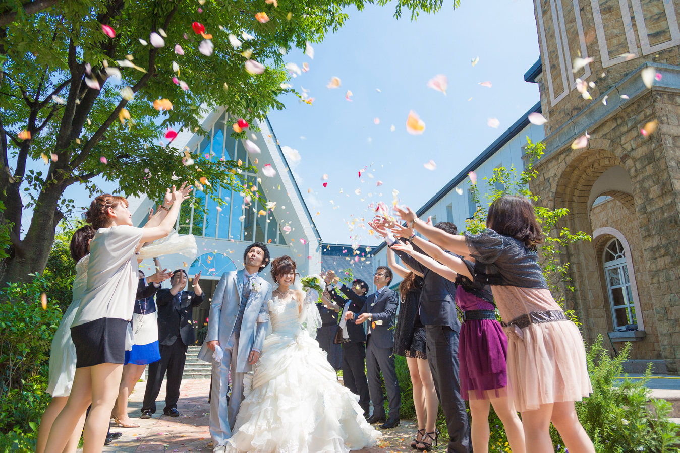 色とりどりのフラワーシャワーは花嫁をもっと可愛く見せてくれるセレモニー   愛媛県西条市の結婚式場ベルフォーレ西条