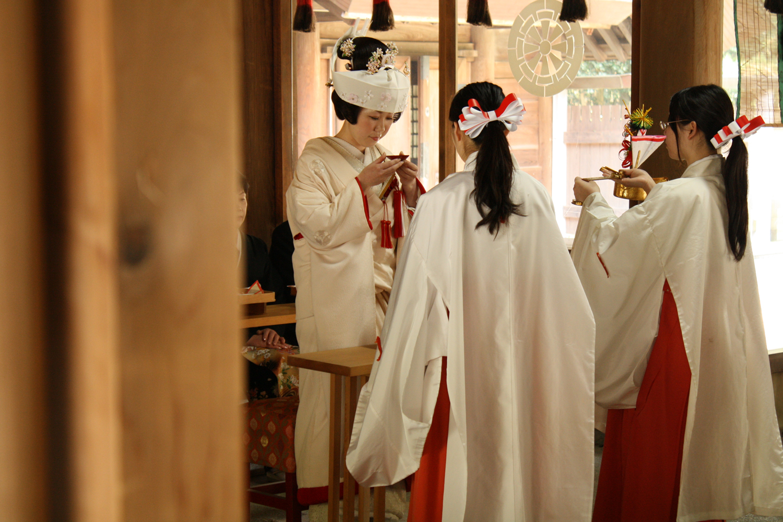 温かいまなざしに包まれる誓いの儀式は、一層意味深く心に刻まれる   愛媛県西条市の結婚式場ベルフォーレ西条