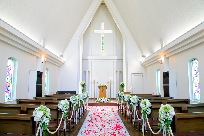 白でまとめられたチャペルは温かい雰囲気   愛媛県西条市の結婚式場ベルフォーレ西条