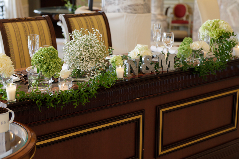 大人ナチュラルをイメージしたメインテーブル | 愛媛県西条市の結婚式場ベルフォーレ西条