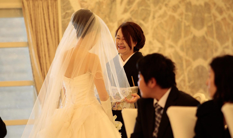 母から娘への最後のお仕度・ベールダウンの演出。「とってもきれいよ」「ありがとう」   愛媛県西条市の結婚式場ベルフォーレ西条