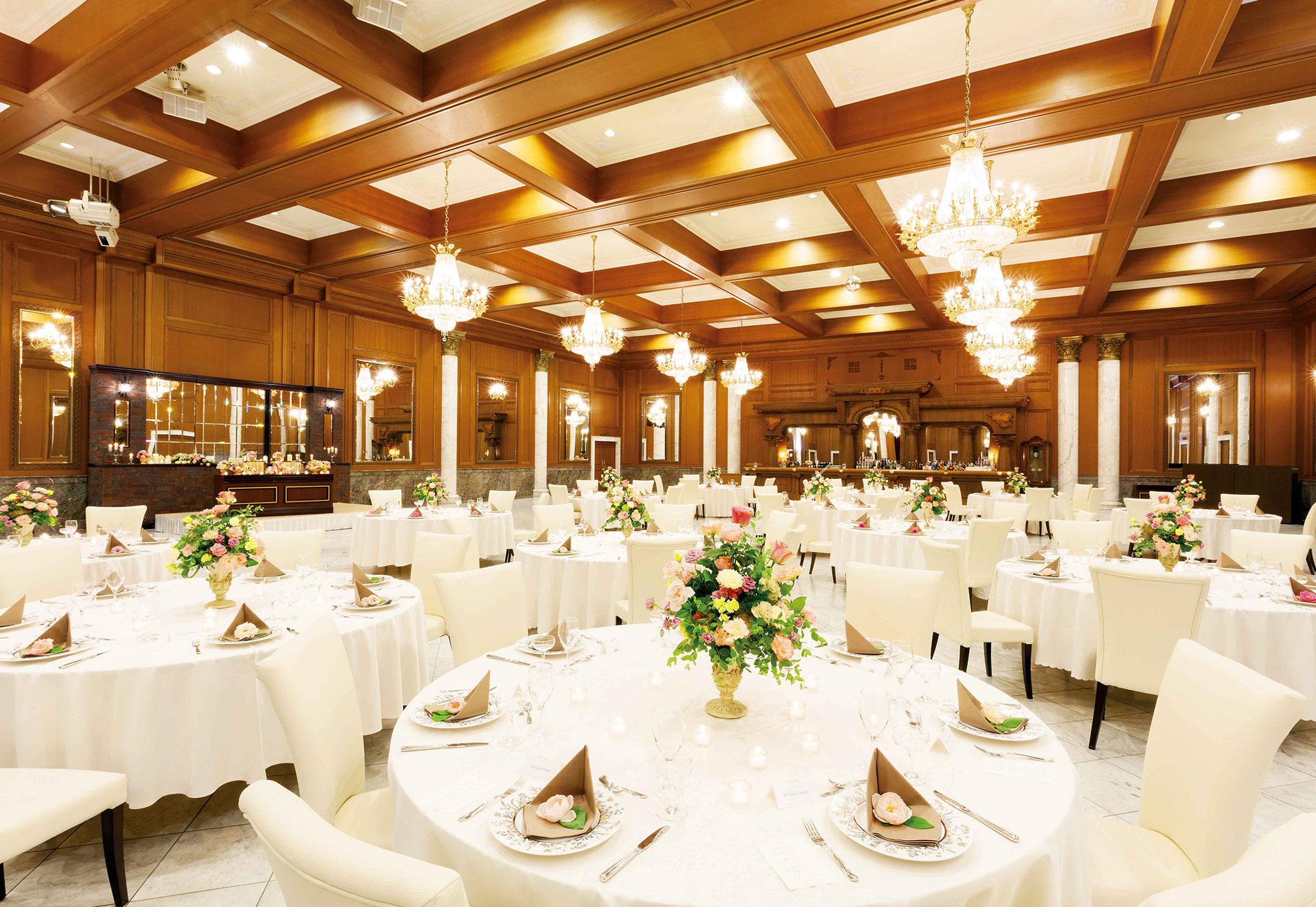 ゲストの着席人数に比べて広めの会場は、大勢を招待しても広々と使える。人数によって会場の大きさがフレキシブルに変えられるのもうれしい。余興には、備え付けのステージや照明も使って一層華やかに   愛媛県西条市の結婚式場ベルフォーレ西条