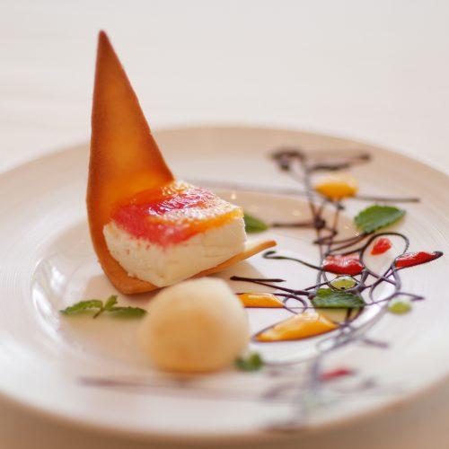 【デザート】クリームチーズのムースで作った宝石箱 フランス産クリームチーズでムースを作り、2色のグレープフルーツと オレンジをムースにのせ、サブレ生地を添えて宝箱のように 幾何学模様のパレットの空白を思い出で埋めて…
