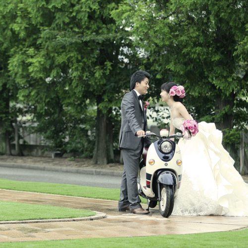 愛車に乗って新郎新婦が入場するのシーンはインパクト大! ウエルカムバイクとして愛車を飾ってもステキ