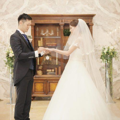 二人の愛の印である指輪の交換