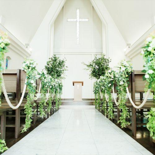 祭壇には「上品」「私の思いを受けて」という花言葉をもつドウダンツツジを配し、温もりのある雰囲気に