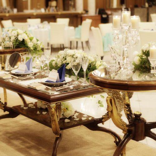 二人が座るメインテーブルのお花や小物は、フローリストとの打合せで決めていく。ナチュラル、クラッシック、ゴージャスなど、テーマは様々