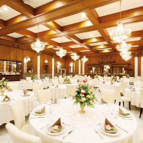 ゲストの着席人数に比べて広めの会場は、大勢を招待しても広々と使える。人数によって会場の大きさがフレキシブルに変えられるのもうれしい。余興には、備え付けのステージや照明も使って一層華やかに