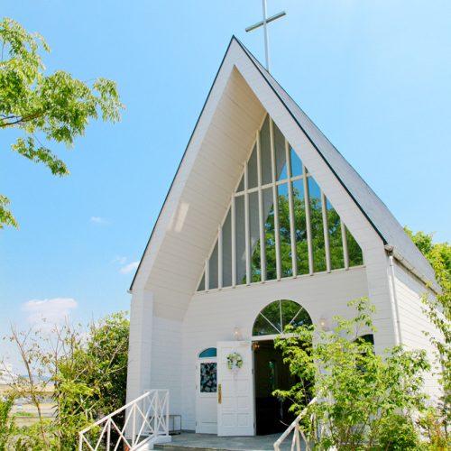 ガーデンが目の前に広がる三角屋根のチャペル
