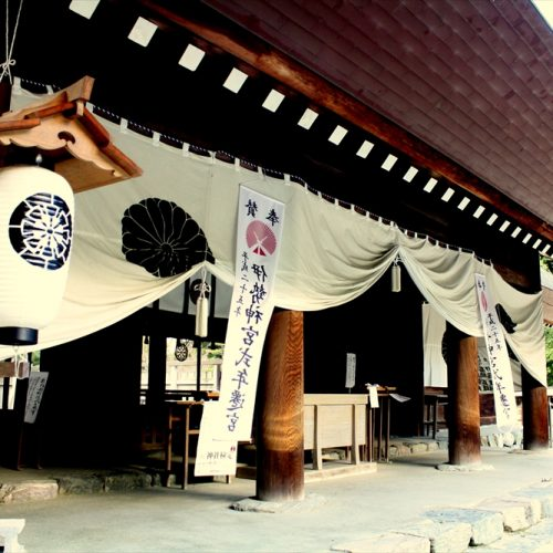 2000年以上の伝統を持つ「伊曽乃神社」は地元・西条祭りゆかりの神社。ここで本格的な神前挙式が叶えられる