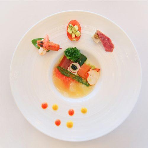 【前菜】愛媛県産柑橘のテリーヌ 海の幸のパヴェ仕立て(パヴェとは石畳。新郎新婦様が挙式に向かう教会の石畳をイメージして盛り付けました)