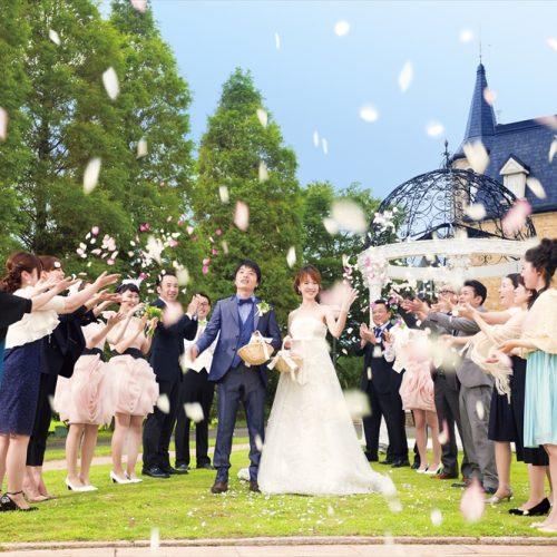 挙式後は緑あふれるガーデンで祝福のフラワーシャワーを! 青空の下で舞うカラフルな花びらに、みんなの笑顔がはじける