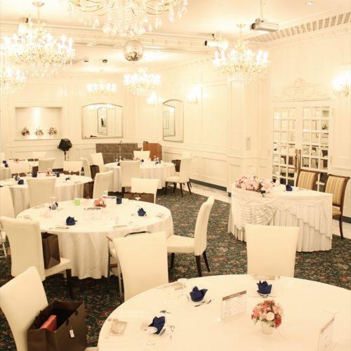 30名ほどの披露宴のセッティング。メインテーブルとゲストテーブルが近いので、アットホームな雰囲気に
