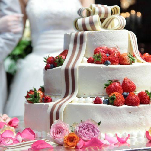 結婚式ではウエディングケーキのデザインにもこだわりたいもの。彼と二人でオリジナルのケーキを考えて