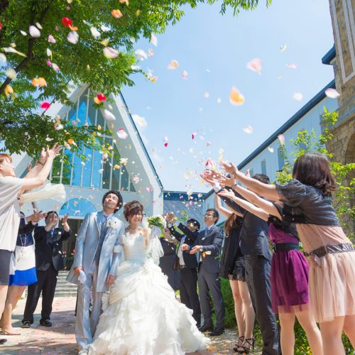 色とりどりのフラワーシャワーは花嫁をもっと可愛く見せてくれるセレモニー