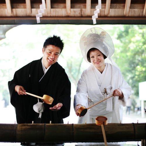 提携神社ゆえに前撮りもOK。伝統ある伊曽乃神社は撮影スポット多彩