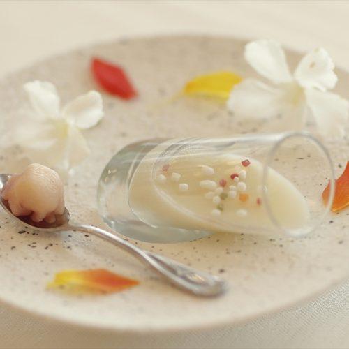 【アミューズ】玉葱をじっくり炒めて純白のムース仕立てに