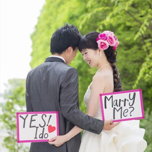 チャペルの前でプロポーズ!? 前撮りでの一枚